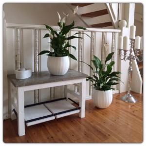Ja, vi gillar ju betong här! 💕 Detta prydnadsbord är en favorit.  Design och tillverkning: M Lindgren