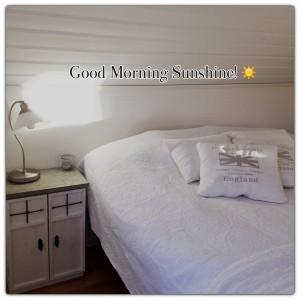 Vissa dagar är bättre än andra, och när solen lyser in genom sovrumsfönstret, det e vår o snart lite påskledigt, då kan man inte må annat än bra! 😃☀️  Nattduksbord i trä med betongplatta.  Design och tillverkning: M Lindgren
